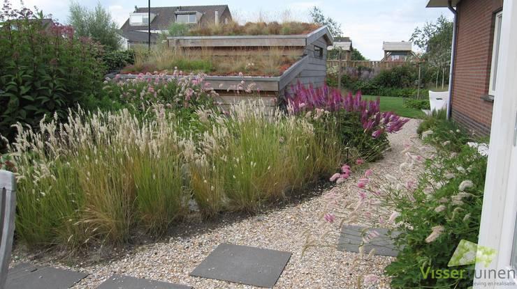 Eigentijdse natuurlijke tuin:  Tuin door Visser Tuinen