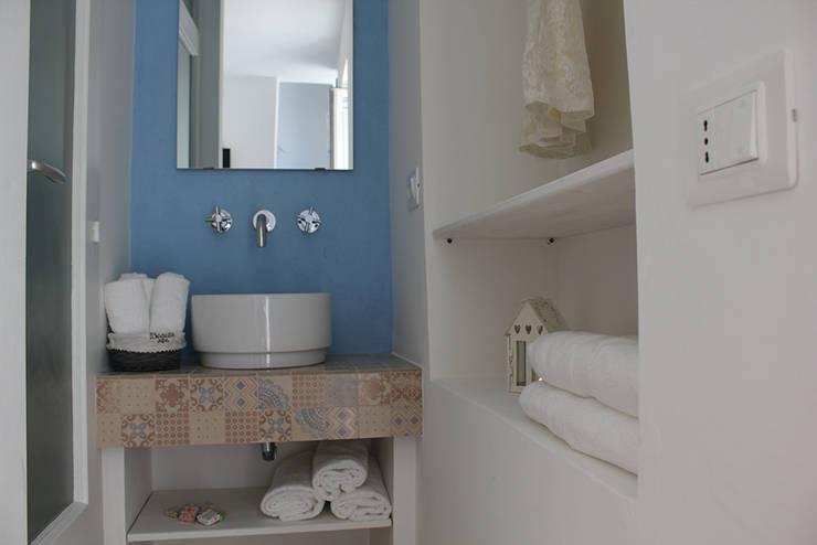 La casetta - casa vacanze: Bagno in stile in stile Mediterraneo di INARCHlab