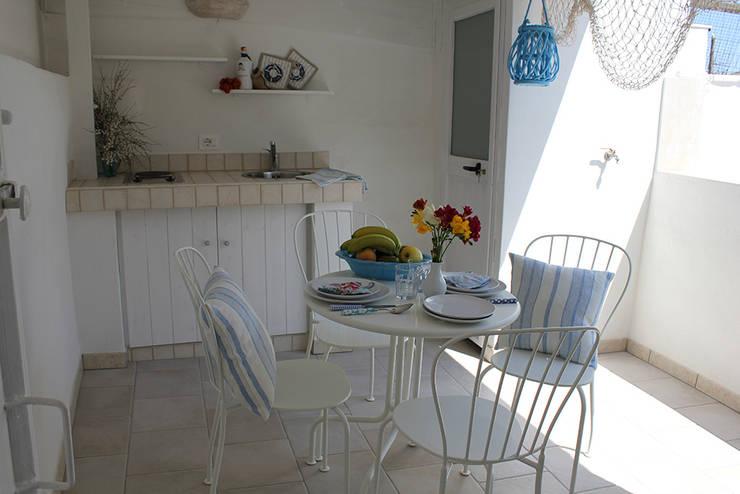 La casetta - casa vacanze: Terrazza in stile  di INARCHlab