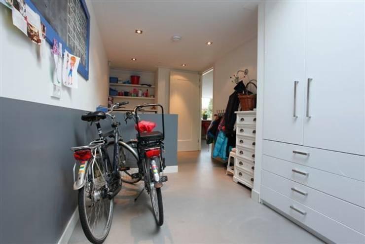 Betonlook gietvloer in berging:  Garage/schuur door Motion Gietvloeren
