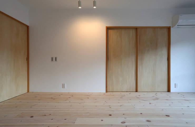 足利のリノベーション 寝室: 鈴木隆之建築設計事務所が手掛けた寝室です。