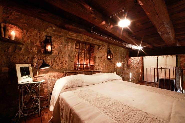 LETTO: Camera da letto in stile In stile Country di VIA ROMANA