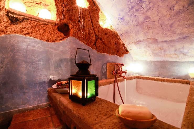 VASCA IN GROTTA: Bagno in stile In stile Country di VIA ROMANA