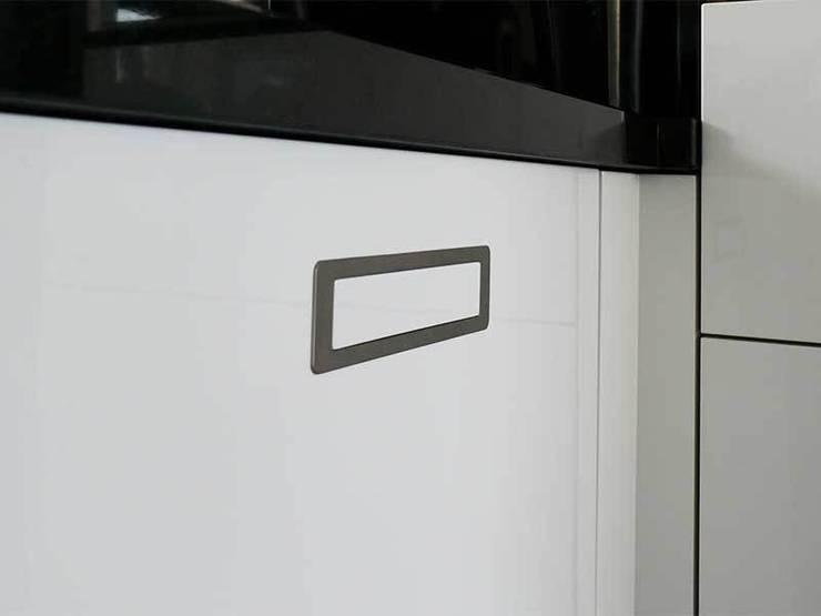 Zwart wit Keuken: modern  door DIEVORM B.V., Modern