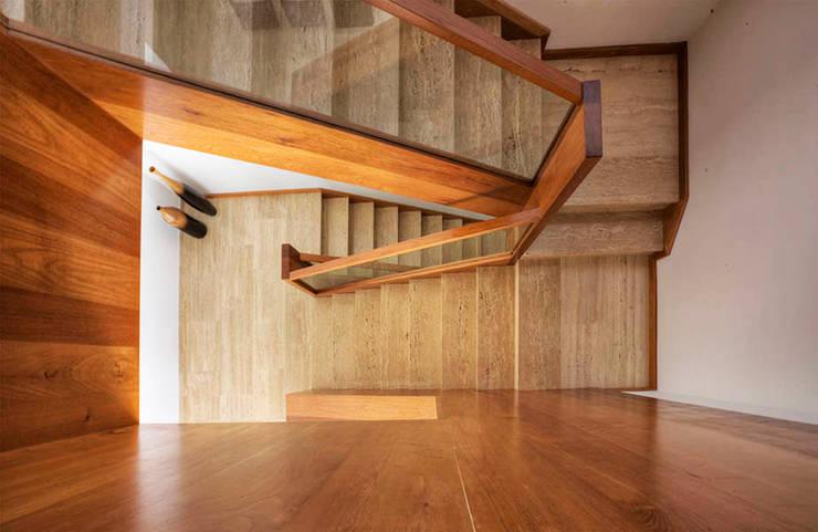 Correa + Estévez Arquitectura - Vivienda en la Quinta: Pasillos y vestíbulos de estilo  de CORREA + ESTEVEZ ARQUITECTURA