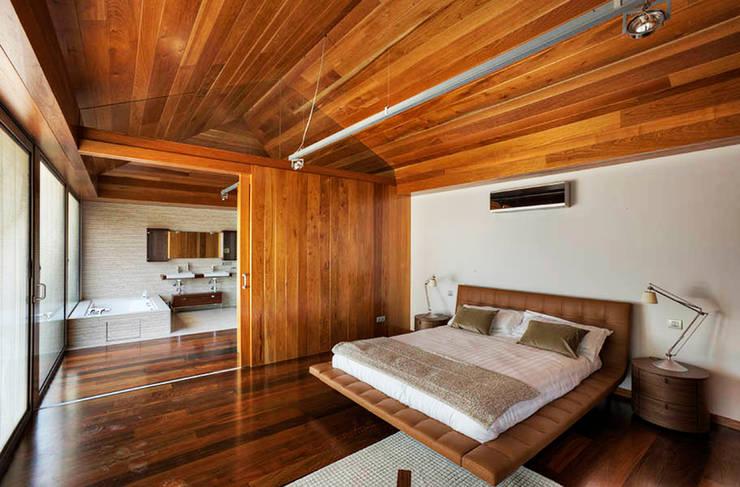Correa + Estévez Arquitectura - Vivienda en la Quinta: Dormitorios de estilo  de CORREA + ESTEVEZ ARQUITECTURA