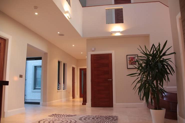 9 Heights:  Corridor & hallway by MRH Design