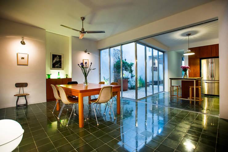 Projekty,  Jadalnia zaprojektowane przez Taller Estilo Arquitectura