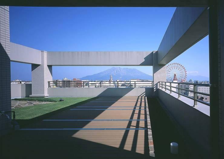 桜島をのぞむ住宅: ISDアーキテクト/一級建築士事務所が手掛けた庭です。