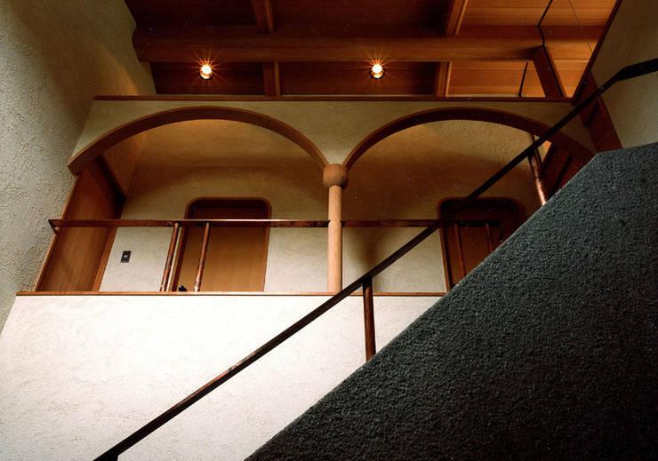 伽留羅-世田谷の事務所併用住宅-: 松井建築研究所が手掛けた壁です。,