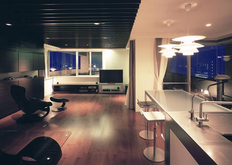 桜島をのぞむ住宅: ISDアーキテクト/一級建築士事務所が手掛けたリビングです。