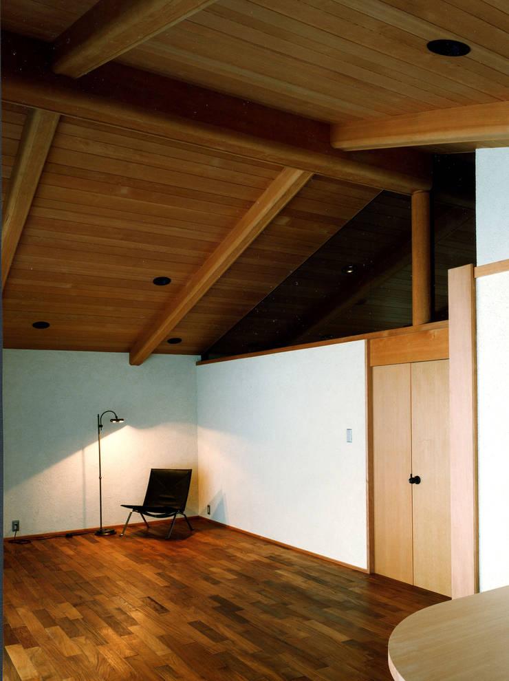 伽留羅-世田谷の事務所併用住宅-: 松井建築研究所が手掛けたリビングです。,