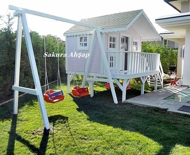 Sakura Ahşap – Çocuk Oyun Evi - Yan görünüş:  tarz Bahçe, Akdeniz