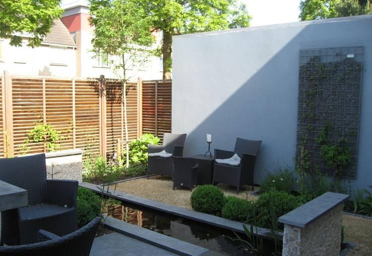 Zitje bij vijver:  Tuin door Ontwerpstudio Angela's Tuinen