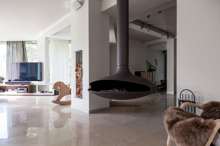 дом в Токсово: Гостиная в . Автор – de.studio