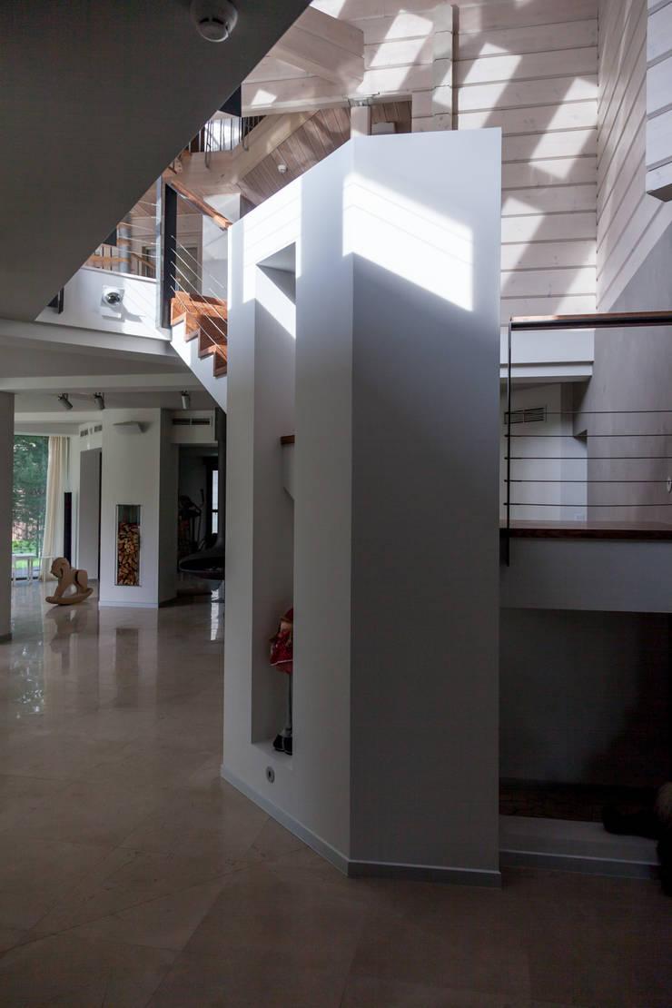 дом в Токсово: Коридор и прихожая в . Автор – de.studio
