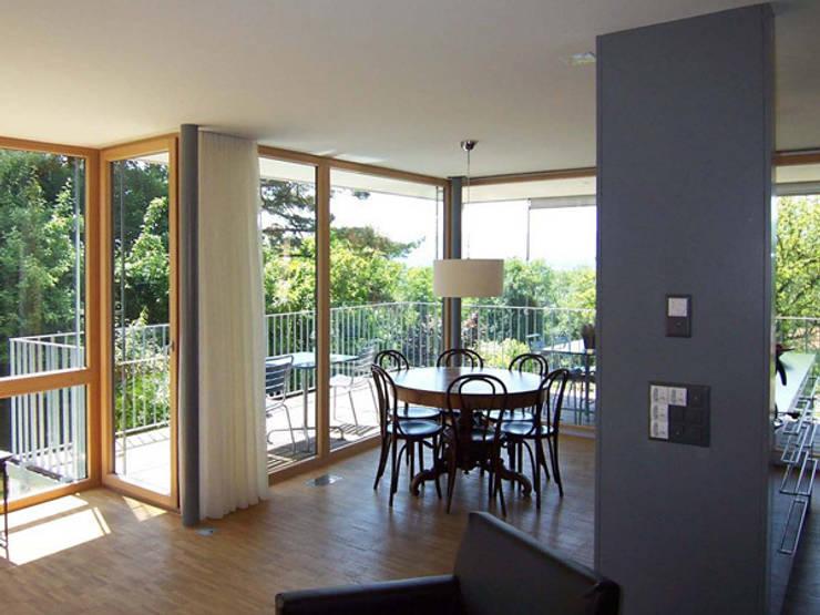Blick Esszimmer-Balkon: moderne Esszimmer von eidenbenz.architekt