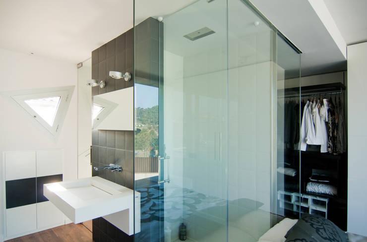 Casas de banho  por eidée arquitectes S.L.P.