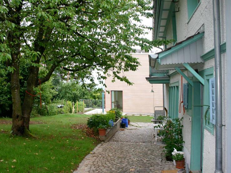 Hof mit bestehendem Kleinbauernhaus: moderne Häuser von eidenbenz.architekt