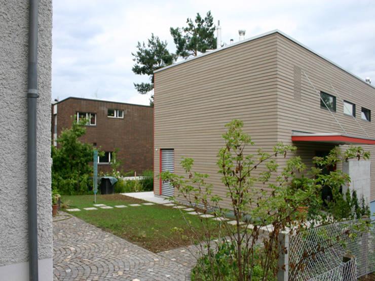 """Hof mit """"analogem"""" Bestand: moderne Häuser von eidenbenz.architekt"""