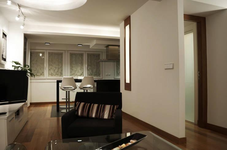 Reforma integral de piso: Salones de estilo moderno de Intra Arquitectos