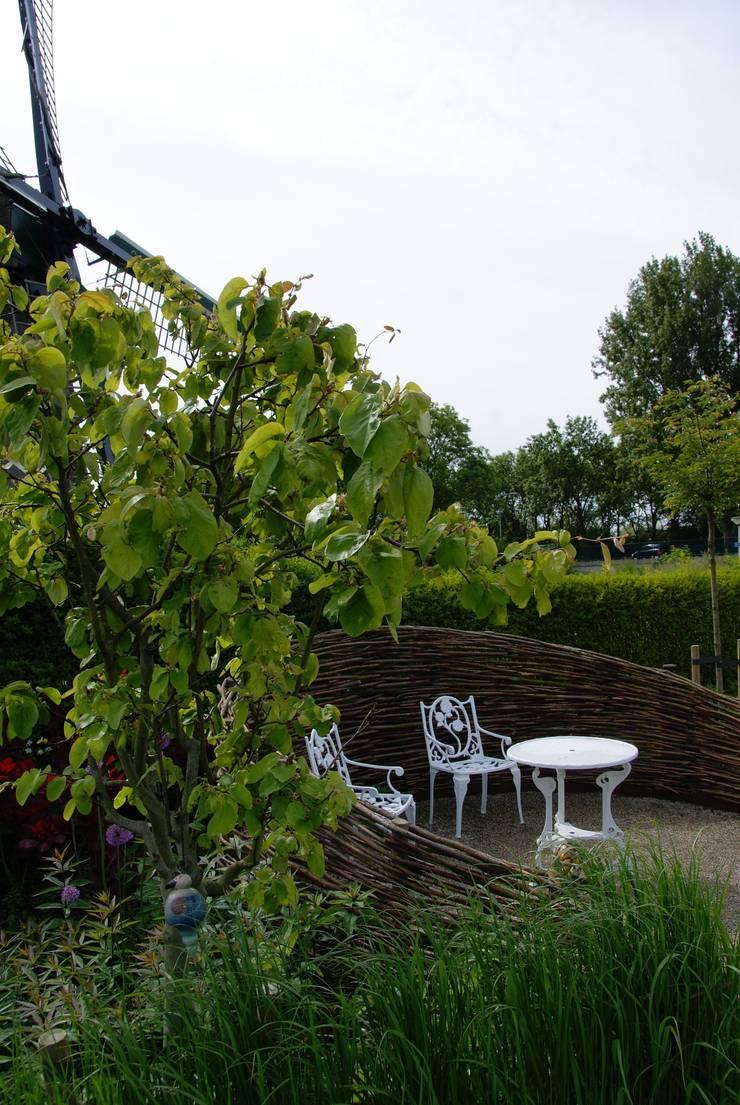 Knus zitje:  Tuin door Ontwerpstudio Angela's Tuinen