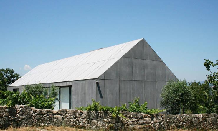 Casa P+M: Casas  por Artspazios, arquitectos e designers