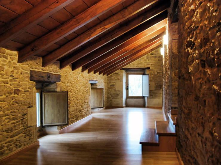 Flur & Diele von Intra Arquitectos