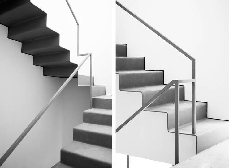 Casa S+E: Corredor, hall e escadas  por Artspazios, arquitectos e designers
