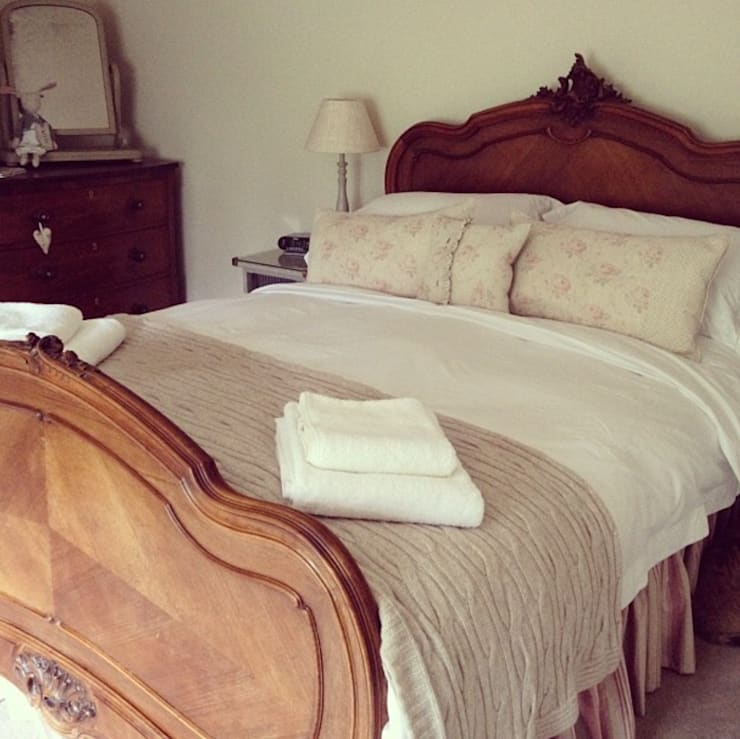 Hollyhock Cottage Bedroom:  Bedroom by Rooms with a View