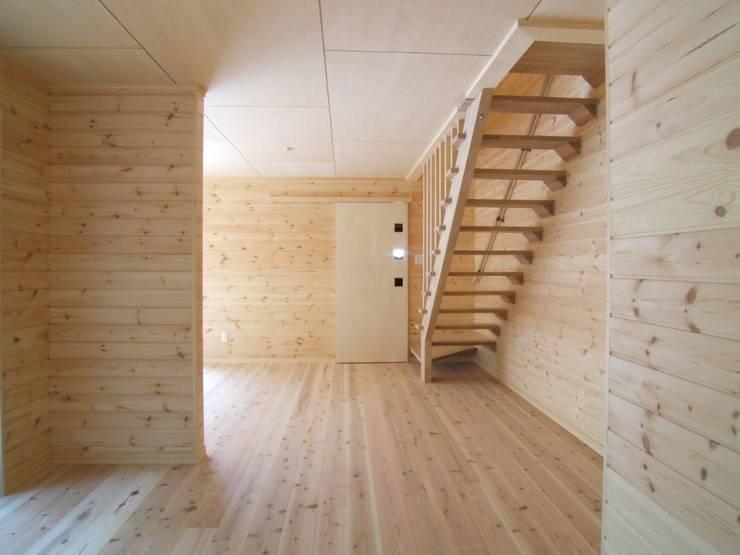 リビング(オープン階段): OSM建築設計事務所が手掛けた廊下 & 玄関です。