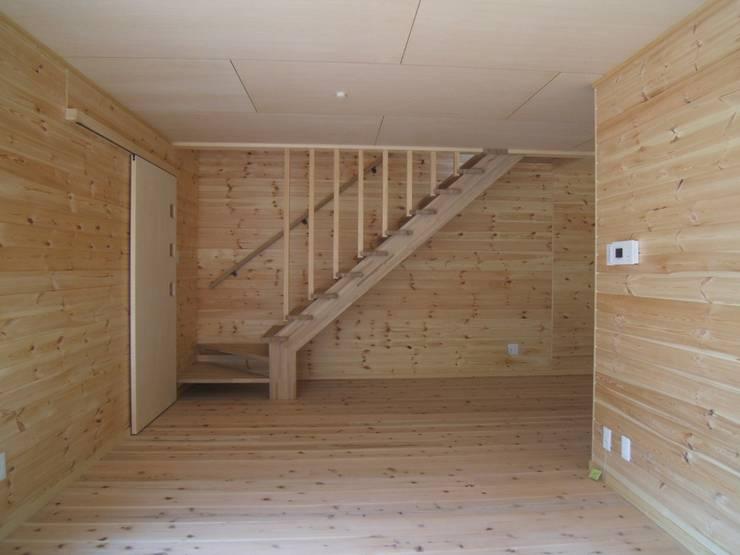 リビング階段: OSM建築設計事務所が手掛けた廊下 & 玄関です。