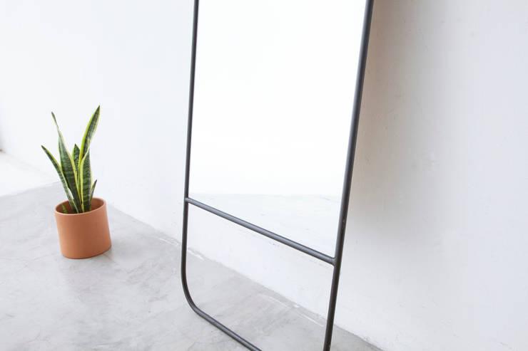 Estudio de diseño y  producción de muebles trabajados en hierro y madera paraíso.: Hogar de estilo  por NOMO