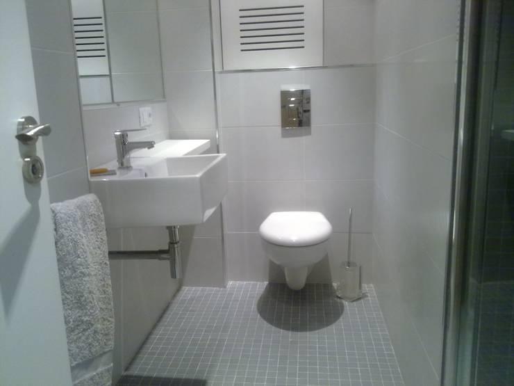De aseo de cortesía a baño completo: Baños de estilo moderno de Arquitectos Fin