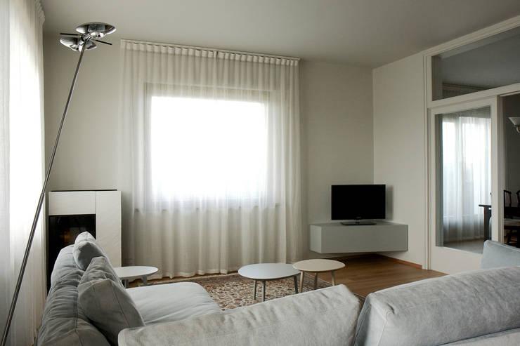 Casa DL - restyling della zona giorno: Soggiorno in stile in stile Moderno di Nicoletta Bertolissi architetto