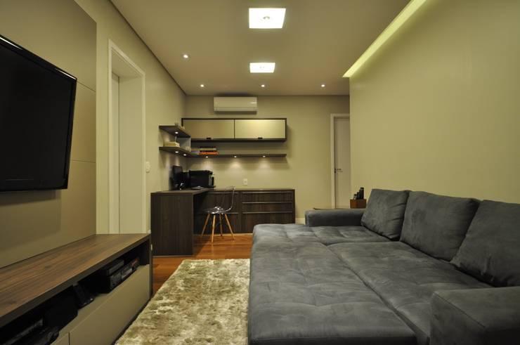 Apartamento rústico com toque moderno oferece conforto à recém-casados: Escritórios  por Guido Iluminação e Design