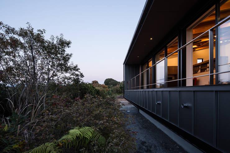 夕景: 一級建築士事務所シンクスタジオが手掛けた家です。