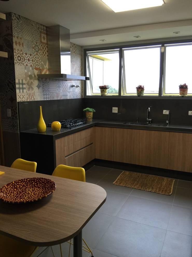 Cozinha charmosa: Cozinhas  por  Adriana Fiali e Rose Corsini - FICODesign ,Moderno