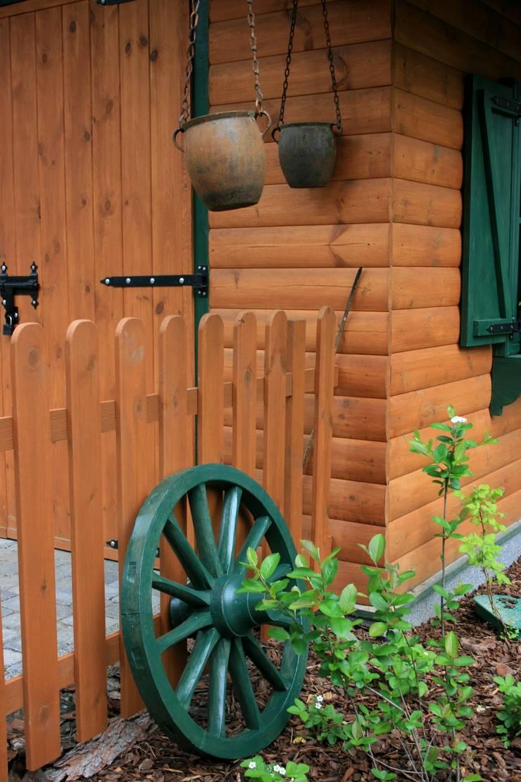 OGRÓD NATURALISTYCZNY z miejscem na OGNISKO: styl , w kategorii  zaprojektowany przez Ogrodowa Sceneria,Rustykalny