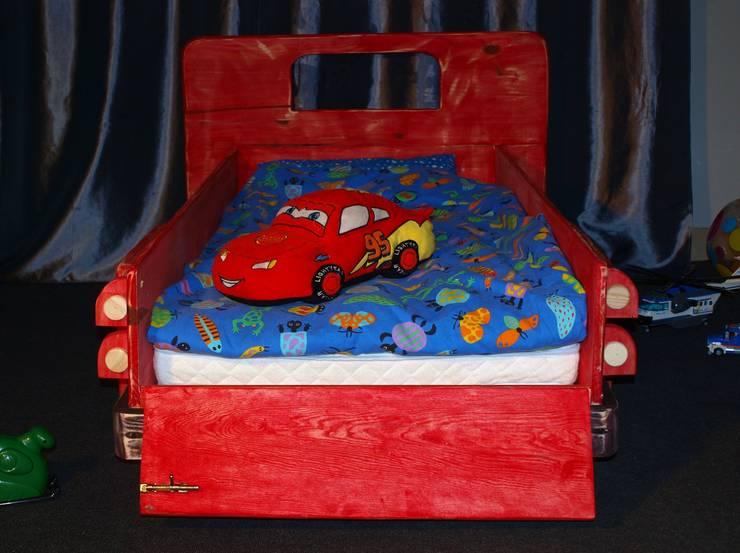 Super unikatowe łóżeczko drewniane – STARY PICKUP : styl , w kategorii Pokój dziecięcy zaprojektowany przez Eko Bracia