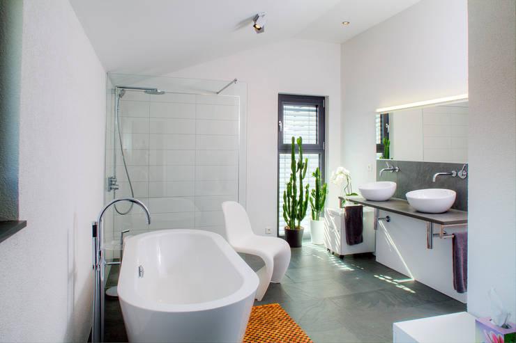 Haus M - Stutensee:  Badezimmer von lc[a] la croix [architekten]