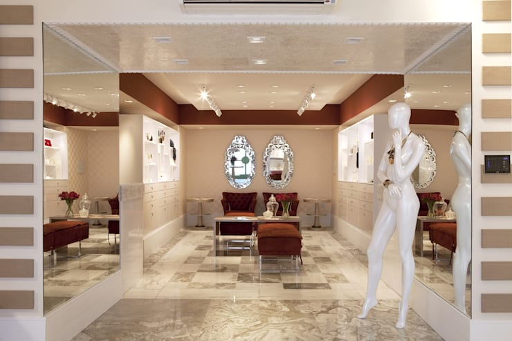 JOALHERIA DESIGN - CASA COR SP 2015 - BRASIL - Piso em mármore com paginação clássica: Lojas e imóveis comerciais  por Adriana Scartaris: Design e Interiores em São Paulo