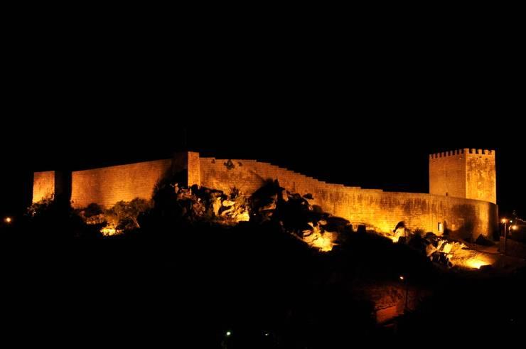 Recuperação do Castelo de Celorico da Beira 1: Casas  por ARKIVO