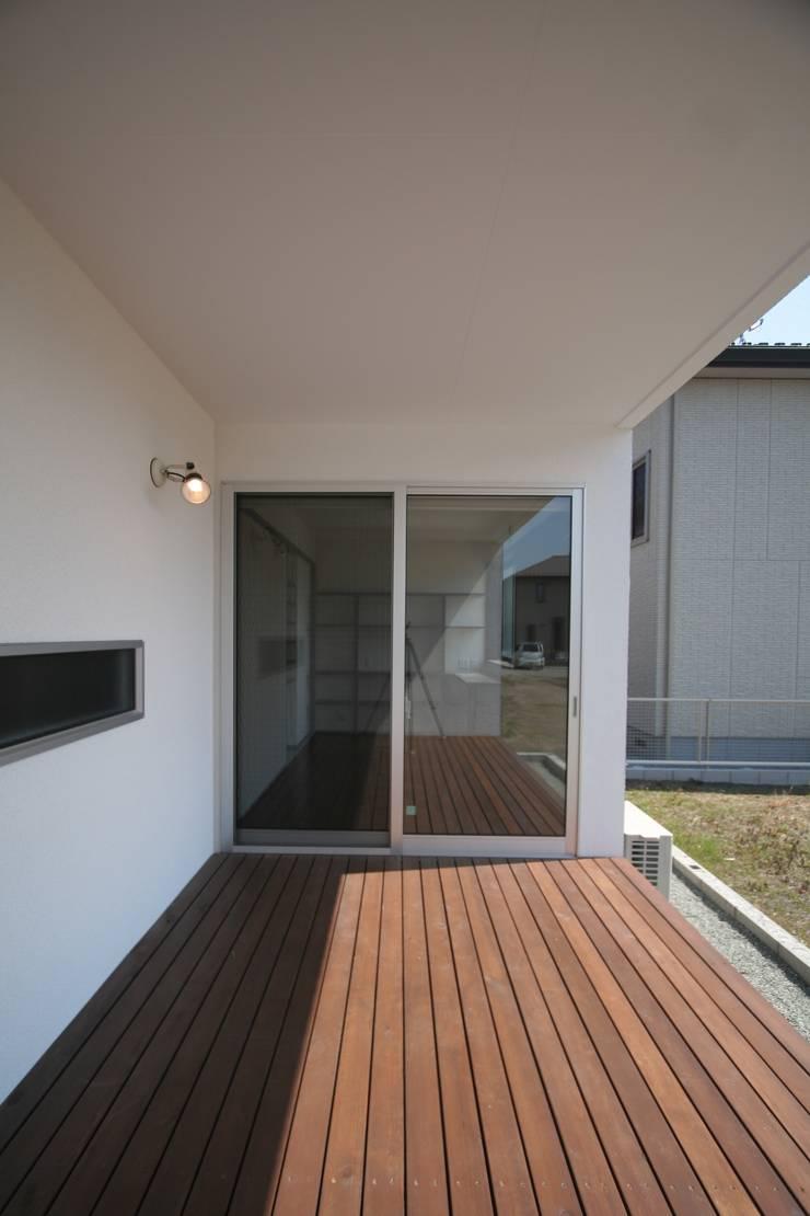 南足柄の家: 天工舎一級建築士事務所が手掛けたテラス・ベランダです。,