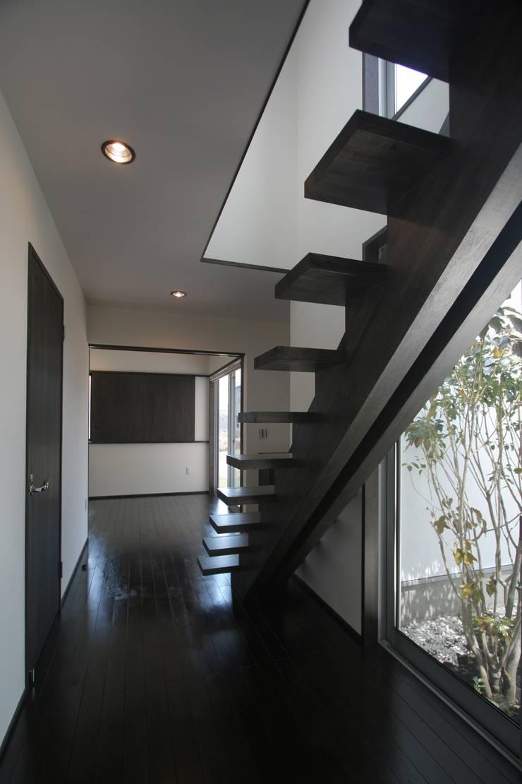 南足柄の家: 天工舎一級建築士事務所が手掛けた廊下 & 玄関です。,