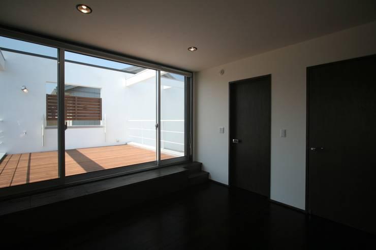 南足柄の家: 天工舎一級建築士事務所が手掛けた寝室です。,