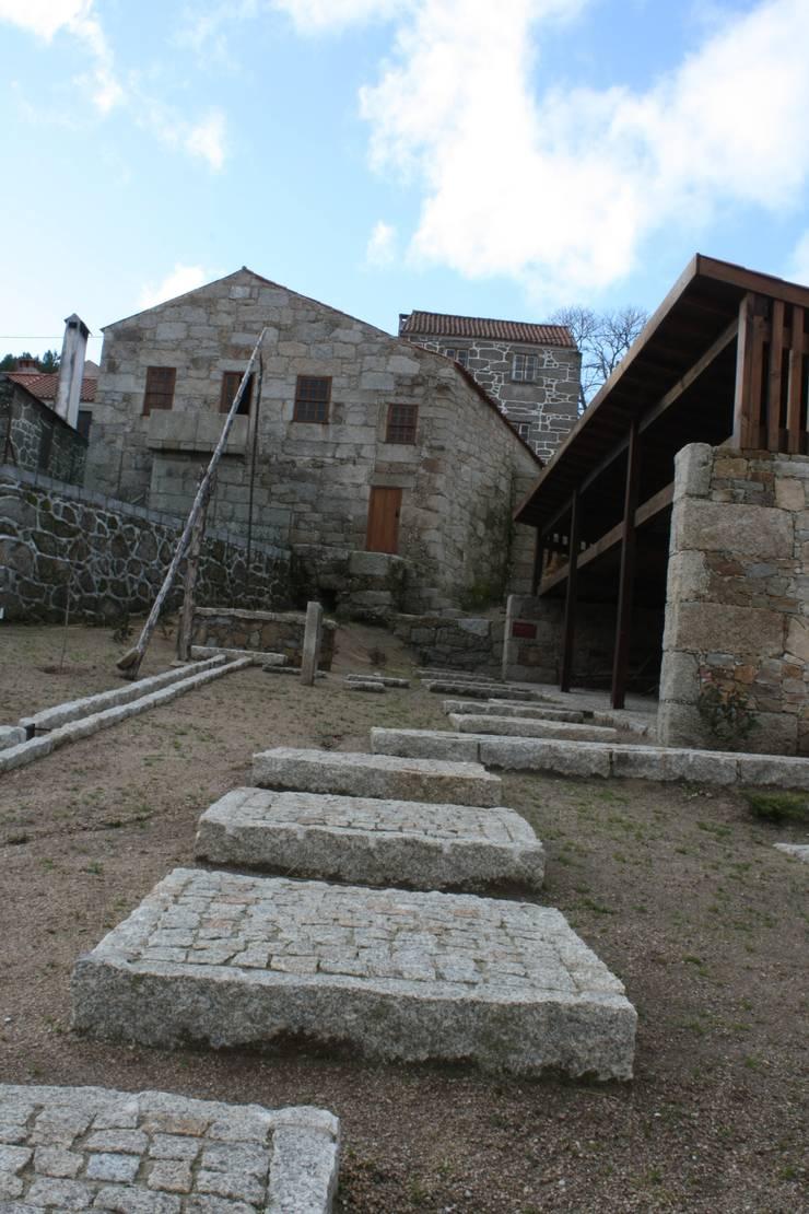 Casa do Mundo Rural de Prados 7: Casas  por ARKIVO