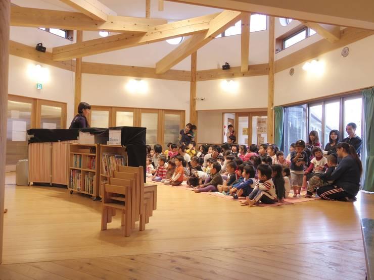 こどもきらきら園のホールにこどもたちが集う: MK design studioが手掛けた学校です。