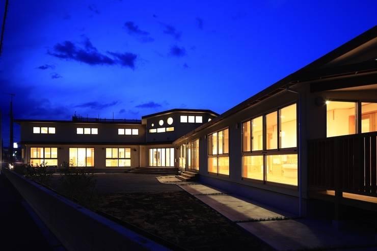こどもきらきら園外観夜景: MK design studioが手掛けた学校です。