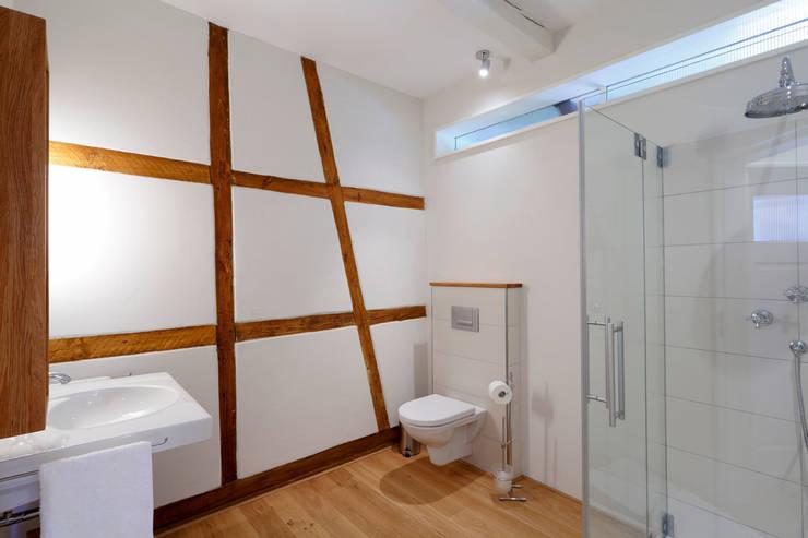 Fischerhaus Manhagen:  Badezimmer von Architekturbüro Griebel